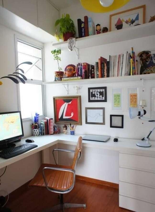 11. Escrivaninha branca com gaveteiro discreto. Projeto de Estúdio Ferdi