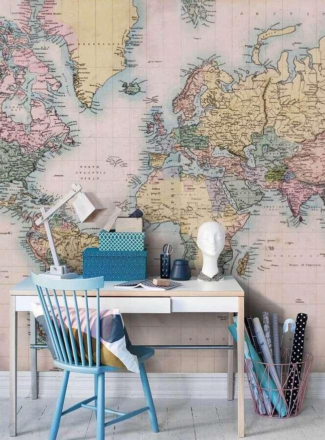 52. Escrivaninha para home office decorado com papel de parede de mapa – Foto: Pinterest