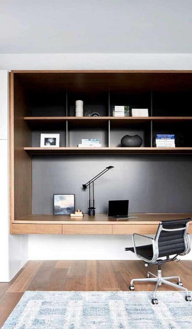 54. Escrivaninha para home office planejado e decorado com cadeira de escritório – Foto: Apartment Therapy