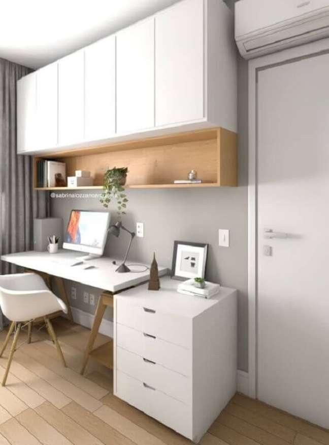 44. O gaveteiro branco também serve como apoio para expor objetos decorativos. Fonte: Sabrina Lozzano