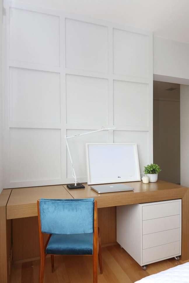 16. Escrivaninha de madeira e gaveteiro branco de rodinhas. Projeto de Quattrino Arquitetura