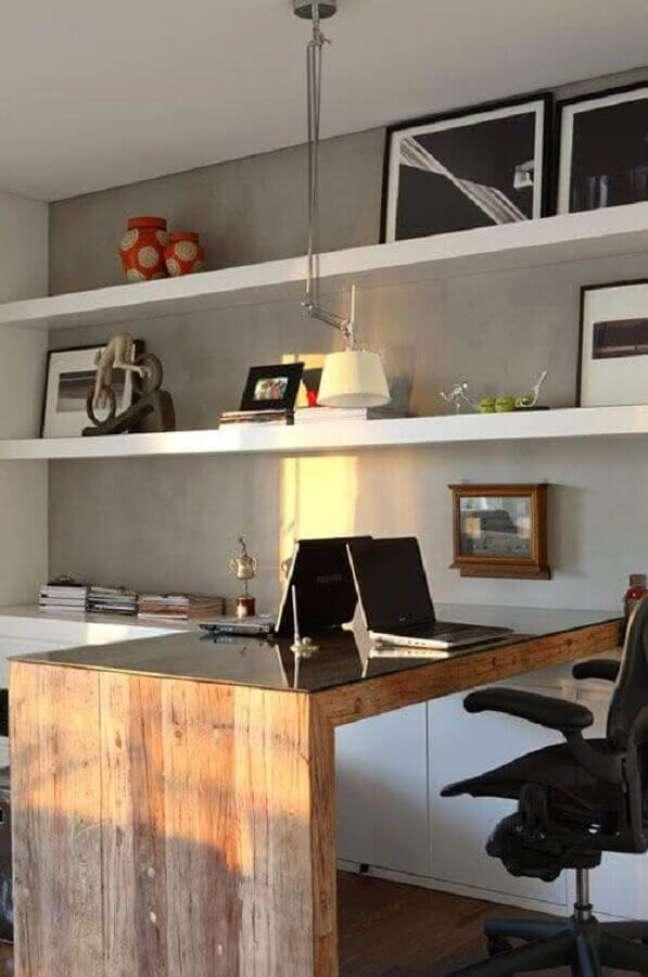 16. Decoração com escrivaninha home office planejado com bancada de madeira – Foto: Jeito de Casa