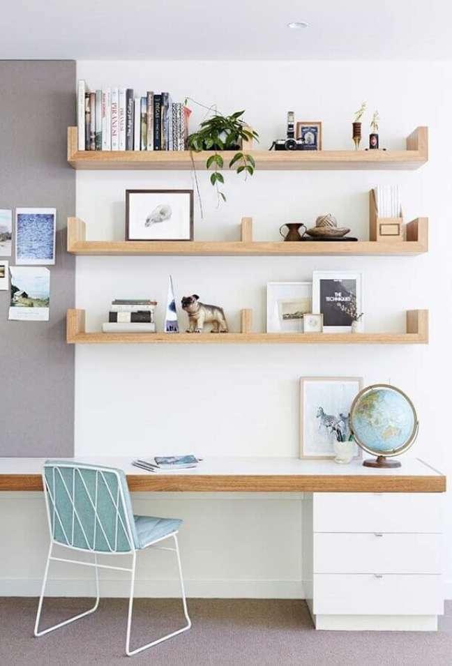 61. Prateleiras de madeira para decoração clean com escrivaninha home office – Foto: Houzz