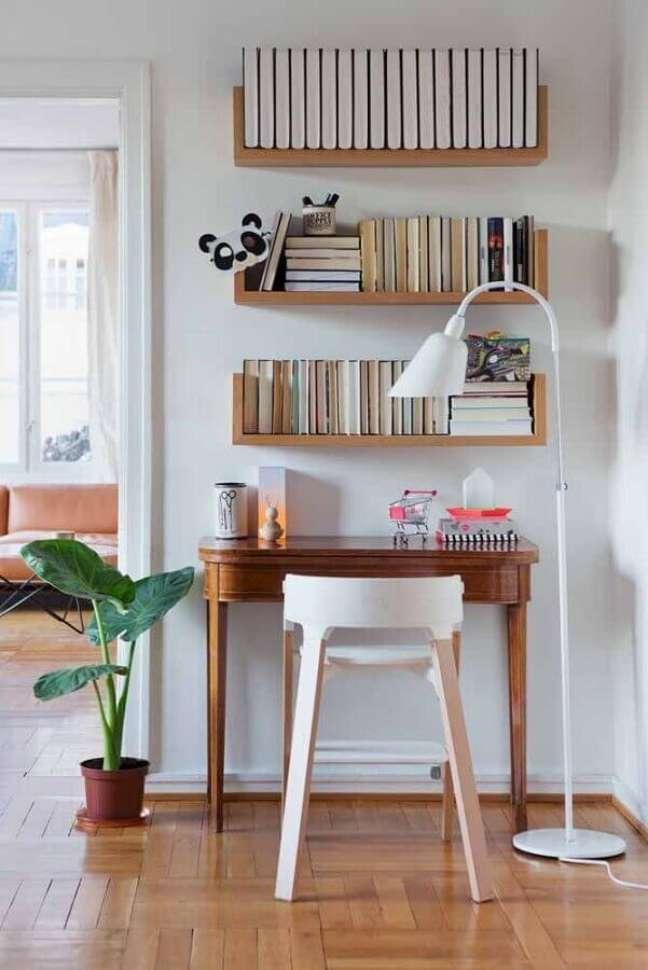 6. Escrivaninha para home office pequeno e simples decorado com prateleiras para livros – Foto: Casa de Valentina