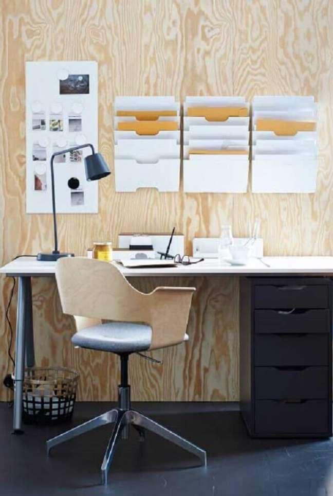 47. Decoração simples em home office com escrivaninha e gaveteiro – Foto: Pinterest