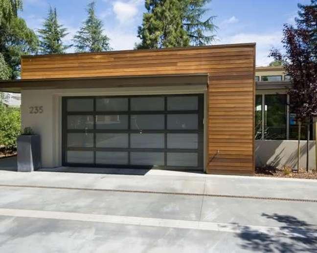 16. Casa com portão de ferro e vidro e piso de cerâmica para garagem – Foto Pinterest