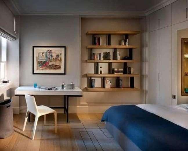 33. Decoração de quarto de casal com escrivaninha home office – Foto: Pinterest