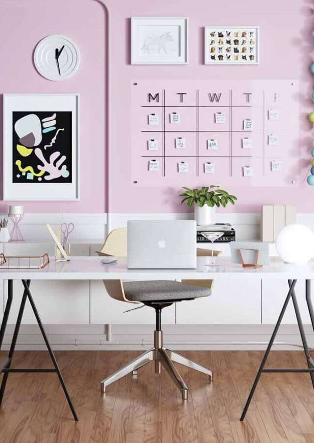 48. Escrivaninha para home office grande decorado com parede rosa – Foto: Pinterest