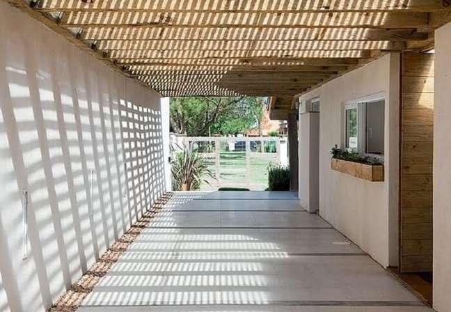 23. Cerâmica para garagem bege e teto de madeira – Foto Pinterest