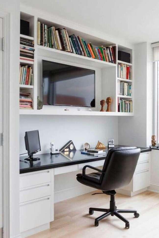 18. Decoração com escrivaninha home office planejado com bancada preta e nichos brancos – Foto: Pinterest
