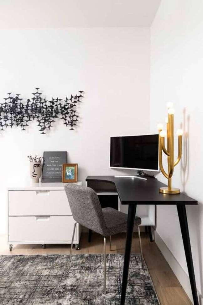 46. Decoração simples de home office com escrivaninha de canto preta e branca – Foto: Pinterest