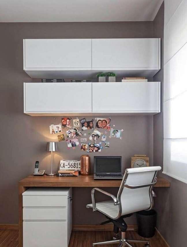 41. Decoração simples com escrivaninha home office com armário aéreo – Foto: Pinterest