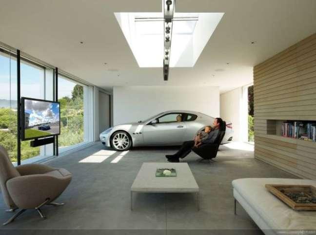 48. Cerâmica para garagem moderna e área de lazer com tv – Foto Pinterest