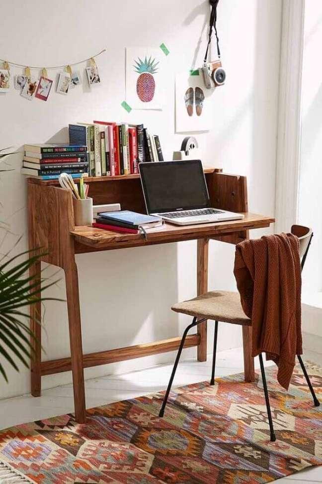 55. Escrivaninha para home office simples e pequeno decorado com tapete estampado – Foto: Pinterest