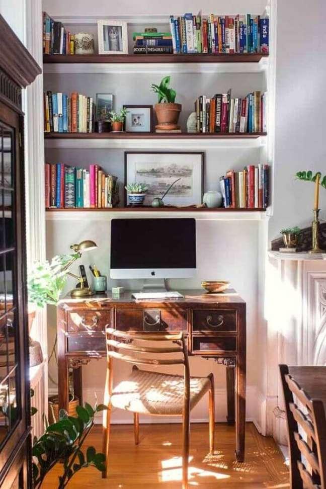 45. Escrivaninha home office simples decorado com prateleiras para livro – Foto: Dicas Decor