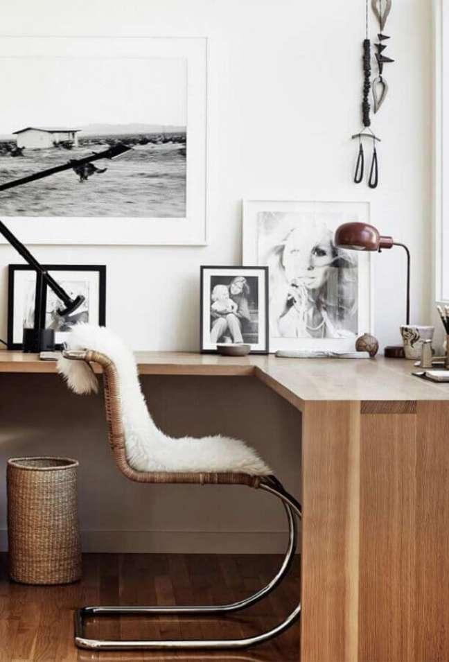 24. Decoração de home office com escrivaninha de canto – Foto: Pinterest