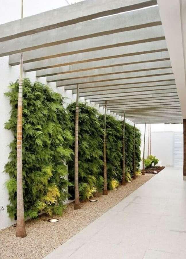 8. Cerâmica para garagem em bege e parede de jardim – Foto Pinterest
