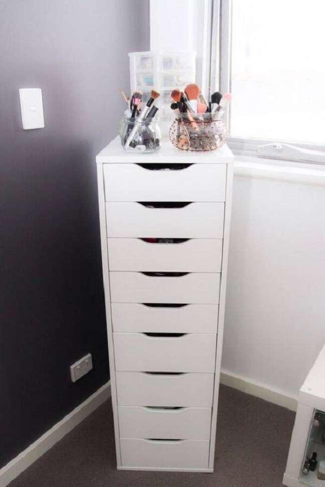 20. Gaveteiro branco para quarto com vários compartimentos. Fonte: Ikea