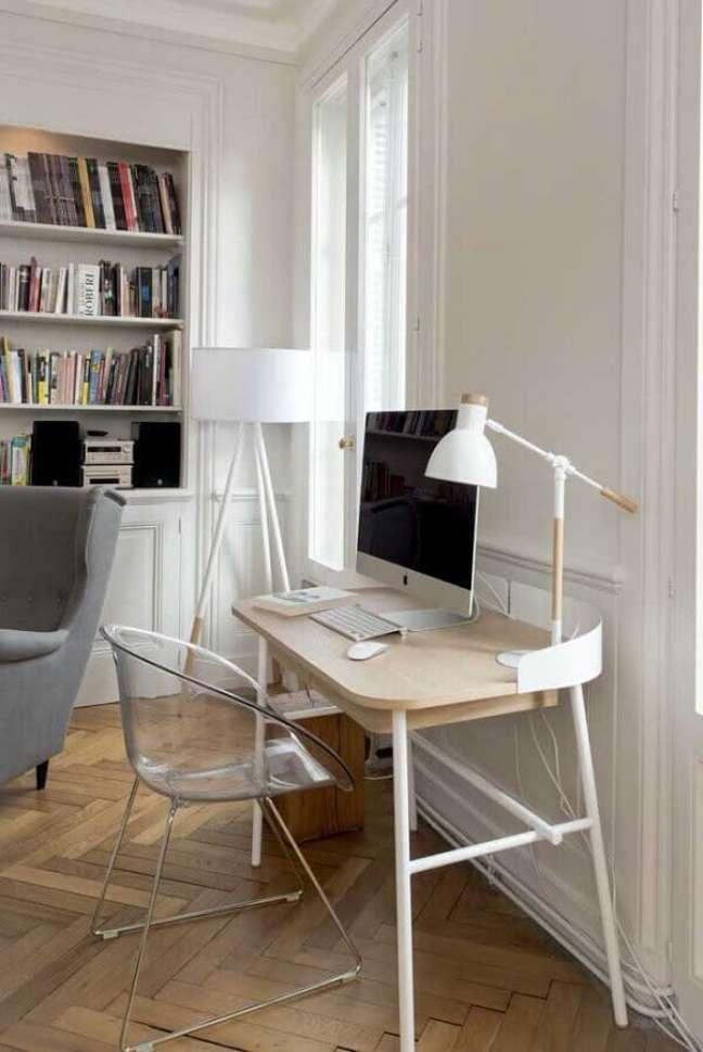 13. Decoração clean com cadeira transparente e escrivaninha home office – Foto: Archilovers