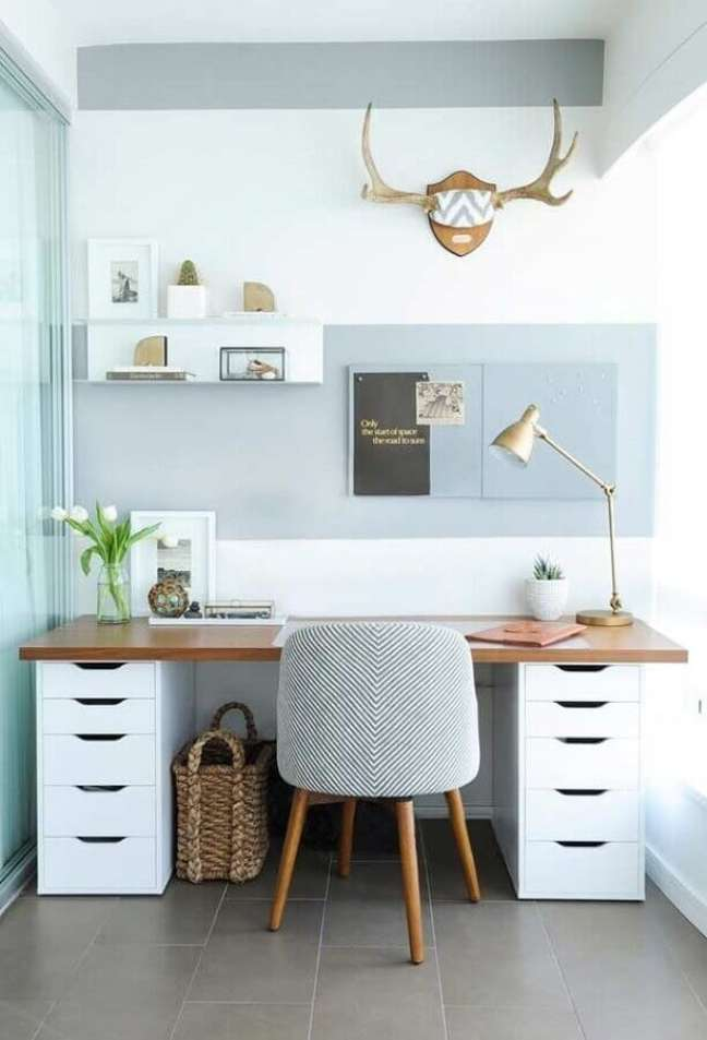 34. Decoração em cores claras com escrivaninha home office – Foto: Pinterest