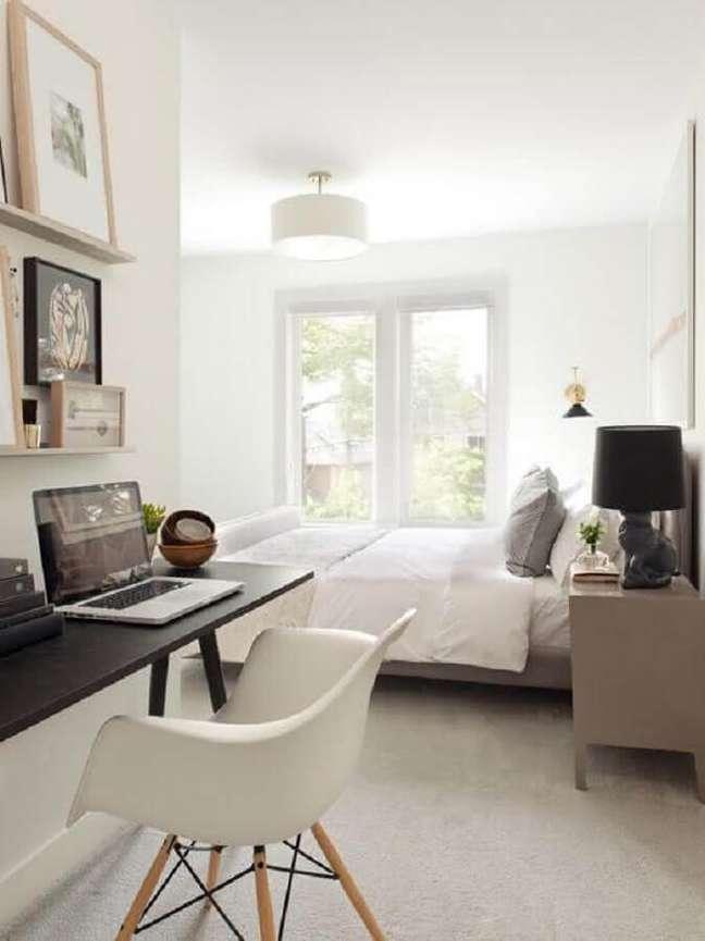 32. Decoração de quarto de casal branco com escrivaninha home office preta – Foto: Pinterest
