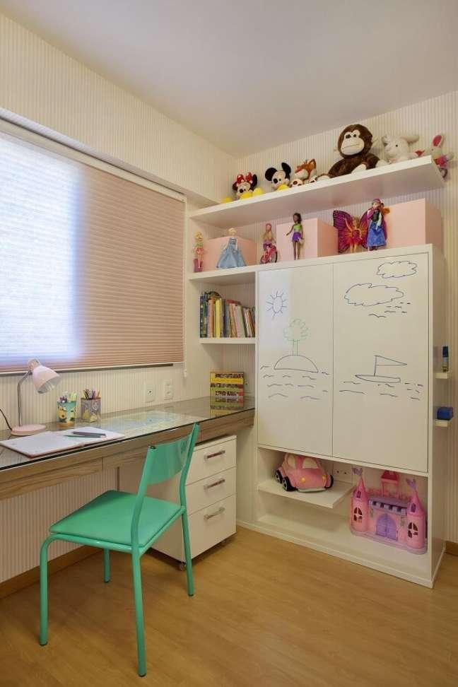 6. O gaveteiro branco com rodinhas pode ser movimentado dentro do quarto infantil. Projeto de Cyntia Sabat