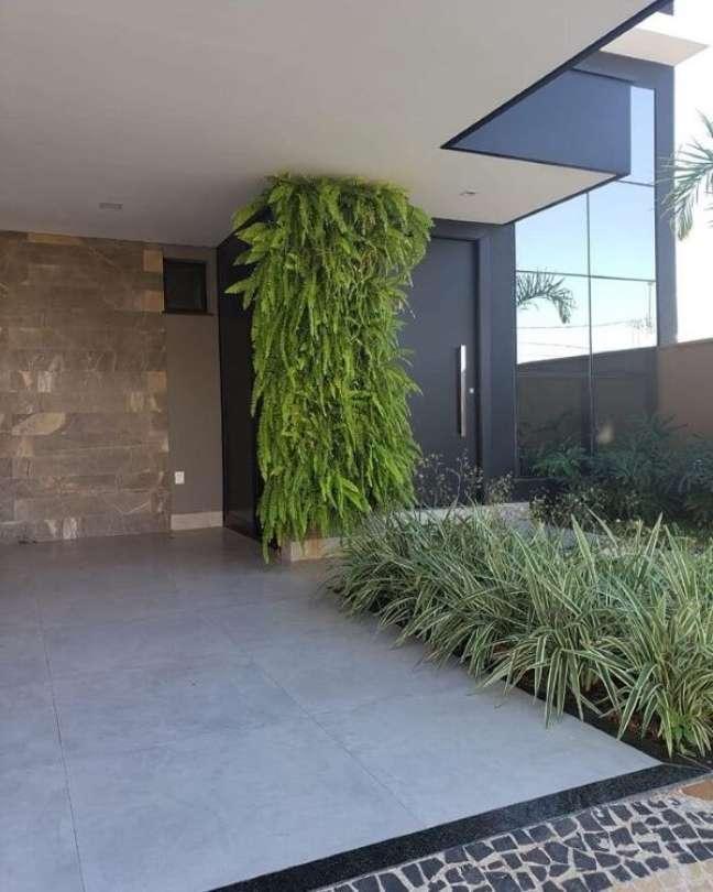 35. Cerâmica para garagem com muro de plantas e piso de cimento queimado – Foto Tangará Marília