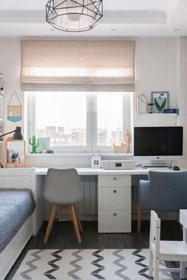 49. Quarto compartilhado com escrivaninha e gaveteiro branco. Fonte: Madesa Móveis