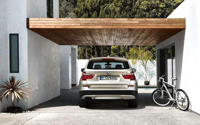 12. Casa com cerâmica para garagem em cinza e cobertura de madeira – Foto Pinterest
