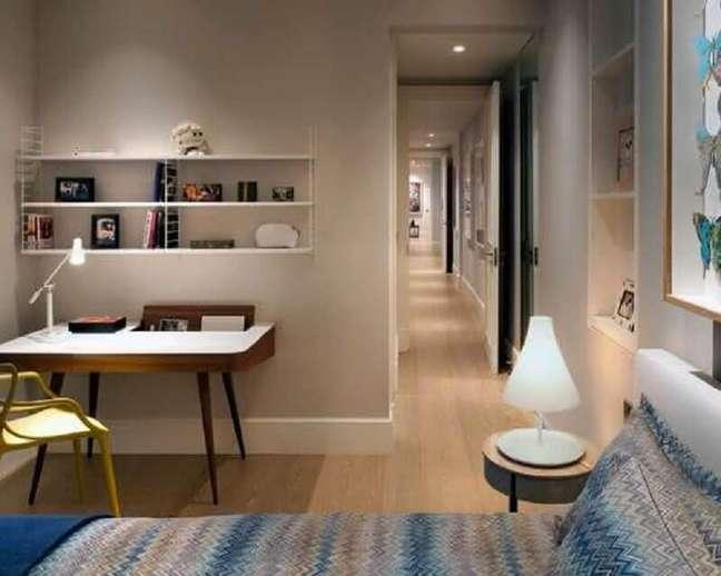 51. Escrivaninha home office pés palito para decoração de quarto de casal – Foto: Pinterest