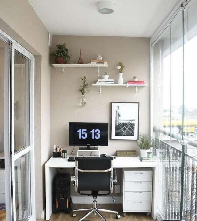 3. Utilize a varanda para montar seu escritório planejado com escrivaninha e gaveteiro branco. Fonte: Pinterest