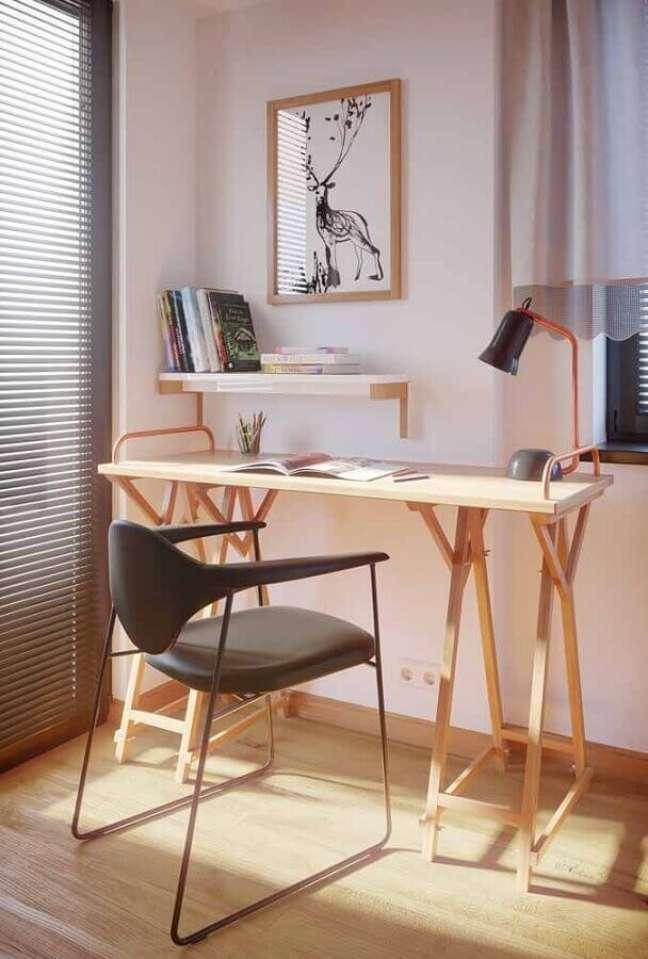 25. Decoração de home office com escrivaninha de madeira e cadeira preta moderna – Foto: Apartment Therapy