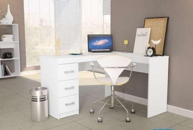 18. Escrivaninha em formato L com gaveteiro mdf branco embutido. Fonte: Pinterest