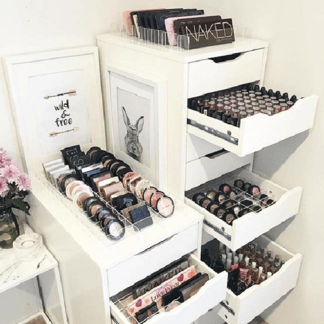 40. O gaveteiro branco para quarto ajuda na organização de itens de maquiagem. Fonte: Pinterest