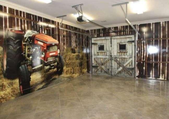 47. Cerâmica para garagem moderna com papel de parede motorizado – Foto van Alan Homes