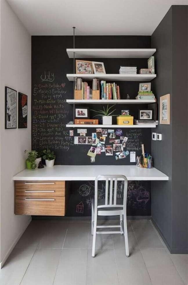 60. Parede com tinta lousa para decoração de home office com escrivaninha suspensa – Foto: Houzz