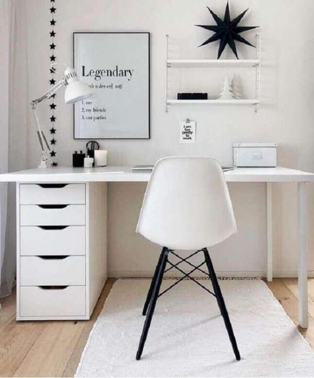 27. Home office prático e funcional com escrivaninha e gaveteiro branco. Fonte: Westwing Home & Living