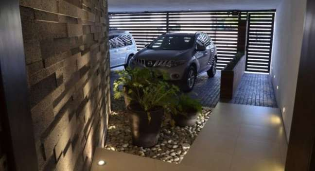 18. Casa moderna com cerâmica para garagem antiderrapante – Foto Pinterest