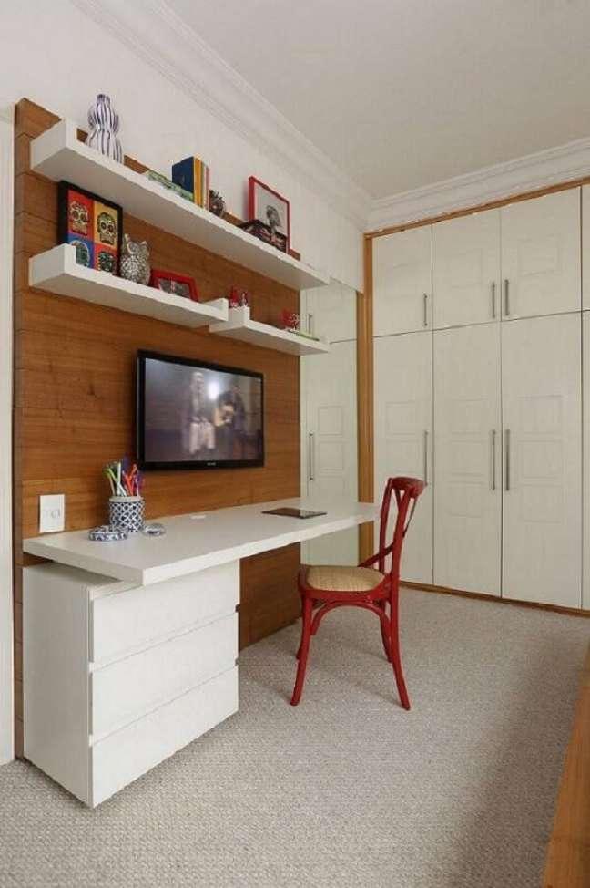 28. Instalar um gaveteiro branco embaixo do tampo da escrivaninha ajuda a otimizar o espaço. Projeto por Renata Romeiro