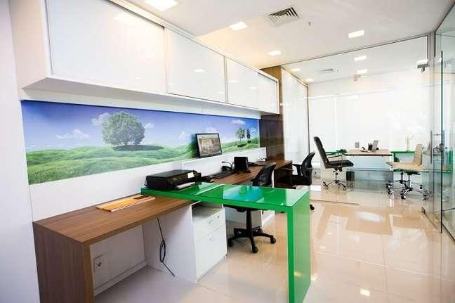 46. O gaveteiro escritório branco fica camuflado embaixo da mesa verde. Projeto de DH Arquitetura