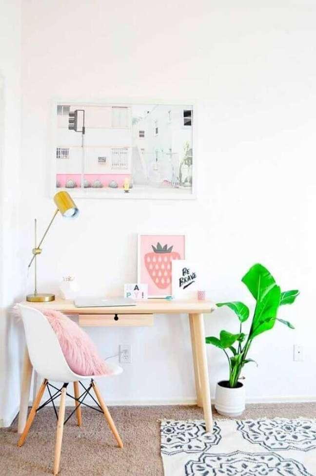 42. Decoração simples com escrivaninha para home office minimalista – Foto: Pinterest