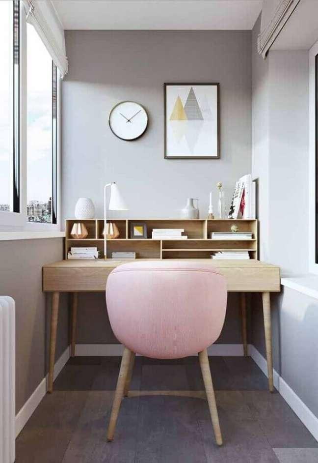53. Decoração com poltrona rosa para escrivaninha home office pequeno – Foto: Jeito de Casa