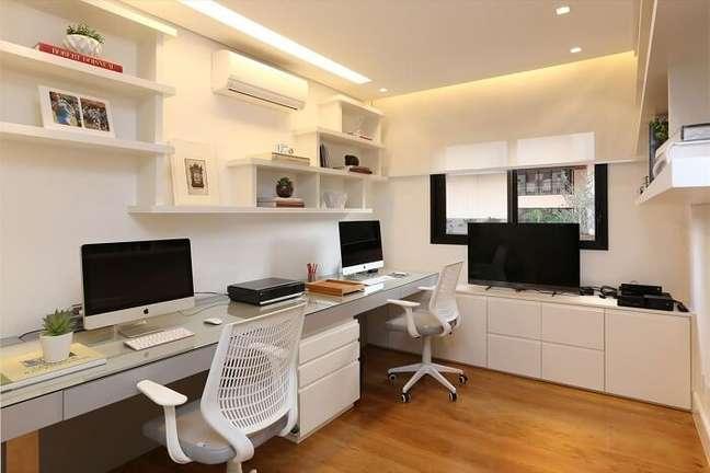 26. Home office compartilhado com gaveteiro branco. Projeto de Hildebrand Silva Arquitetura