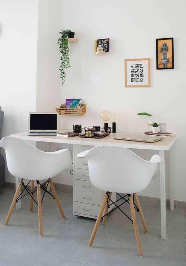 58. Modelos de escrivaninha para home office branco decorado com cadeira eames – Foto: Pinterest