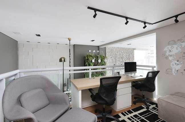 35. O gaveteiro branco delimita o espaço de cada usuário da escrivaninha. Projeto de Inside Arquitetura e Design