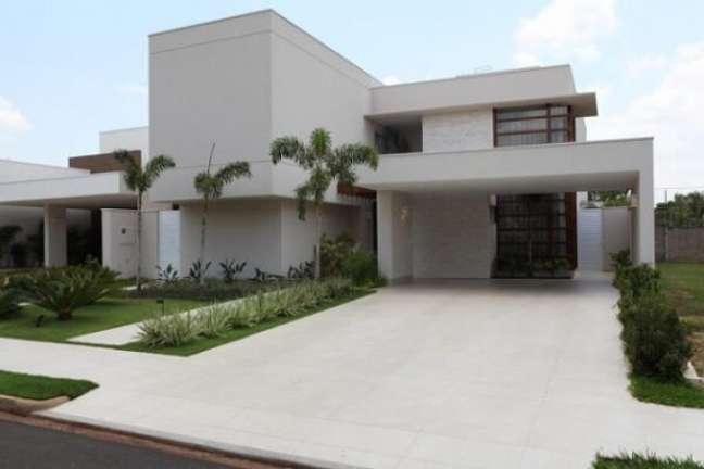 66. Casa moderna com piso cerâmica para garagem – Foto ConstruindoDecor