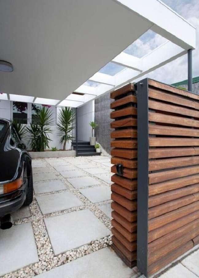 44. Cerâmica para garagem externa com pedras no chão antiderrapante – Foto Pinterest
