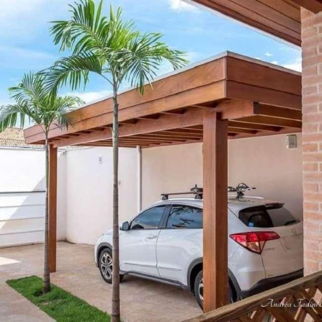 55. Garagem com piso de cerâmica e cobertura de madeira – Foto Andrea Castro Resende Fadini
