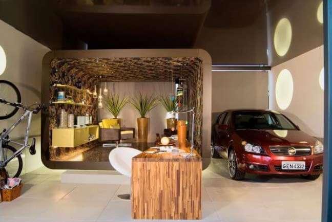 39. Cerâmica para garagem e mesa de madeira no espaço moderno – Foto Pinterest