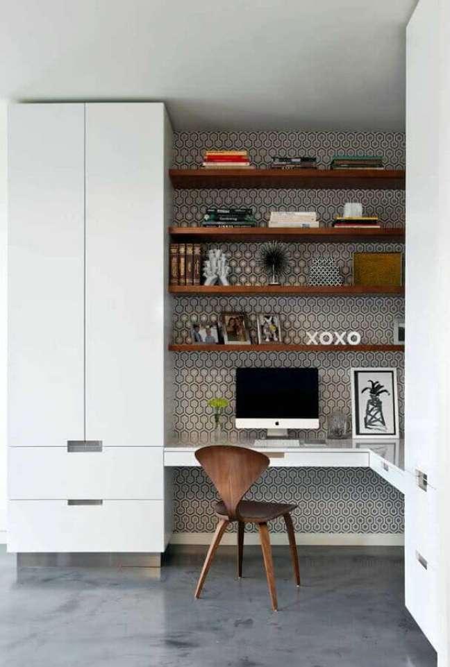 49. Escrivaninha home office de canto decorado com prateleiras de madeira – Foto: Pinterest